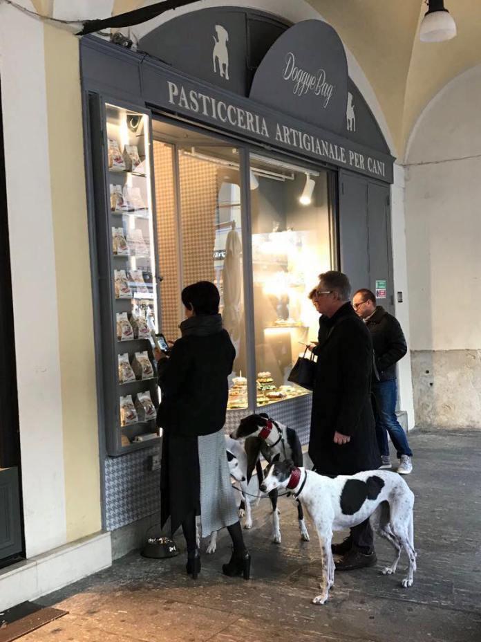 La vetrina della pasticceria per cani di Brescia, in corso Zanardelli, foto da pagina Facebook