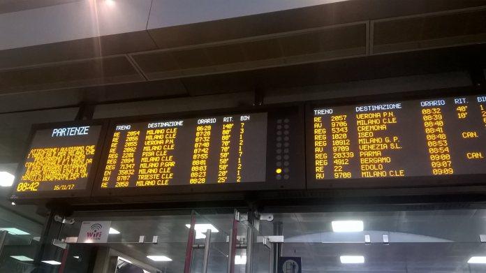 Il tabellone dei ritardi del treno questa mattina alla Stazione di Brescia