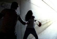 Una donna viene aggredita e derubata
