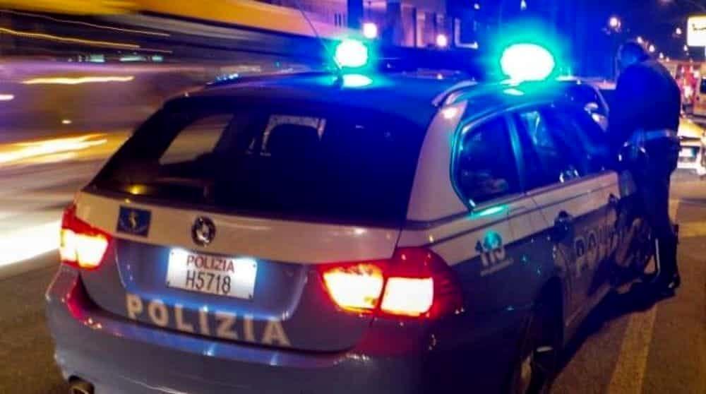 Rapinatore in fuga con ostaggio, gli sparano e l'auto si ribalta