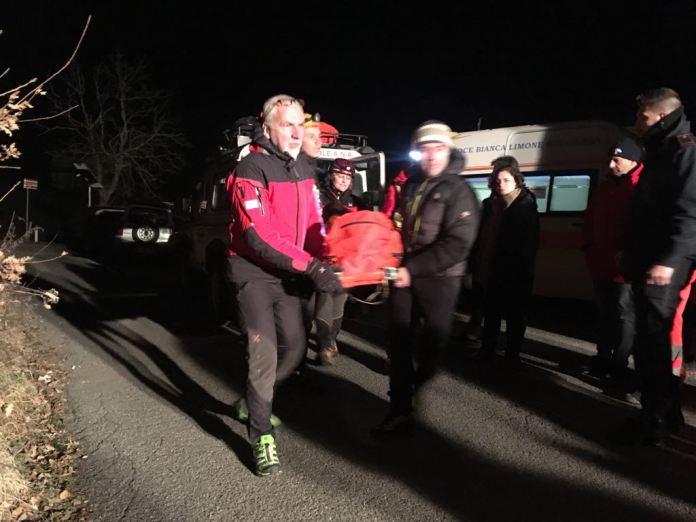 Il recupero da parte degli operatori del Soccorso Alpino