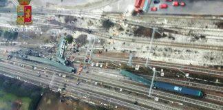 Un'immagine aerea del treno deragliato, foto della Polizia
