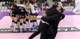 Entusiasmo alle stelle a fine partita con l'abbraccio fra le ragazze gli allenatori (Foto Stefano Ferrari, inviata da Millenium)
