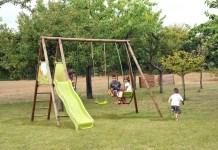 Uno scivolo per bambini in un parco