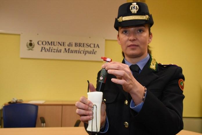 Consegna agli agenti di Polizia Municipale dello spray al peperoncino.Brescia 7 febbraio 2018 Ph Christian Penocchio