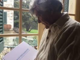 Sandro Belli con una copia del suo volume BresciaCittàGrande 2030