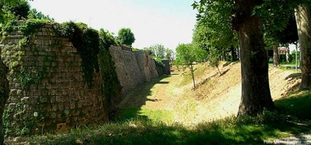 Una veduta degli spalti, con il fossato e le mura del castello di Rovato