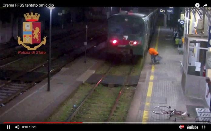 Un frame del video della violenza alla stazione di Crema