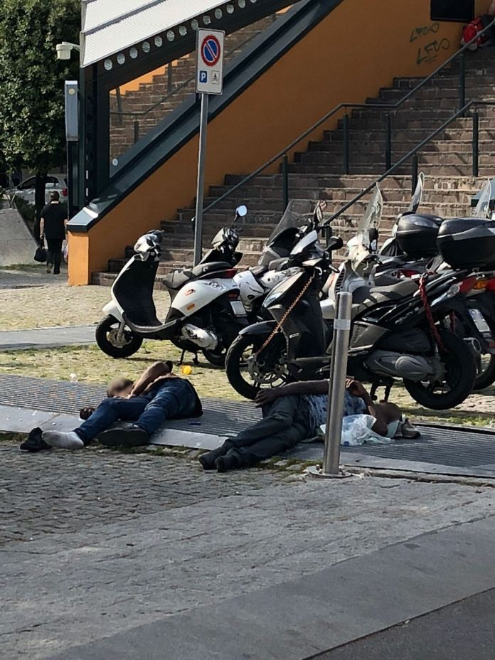 Un'immagine dei bivacchi alla Stazione di Brescia da Facebook