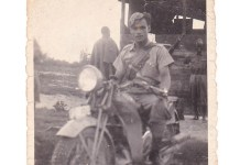Elia Benvenuti in sella alla sua moto durante la guerra