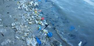 Cumuli di plastica sulle spiaggie
