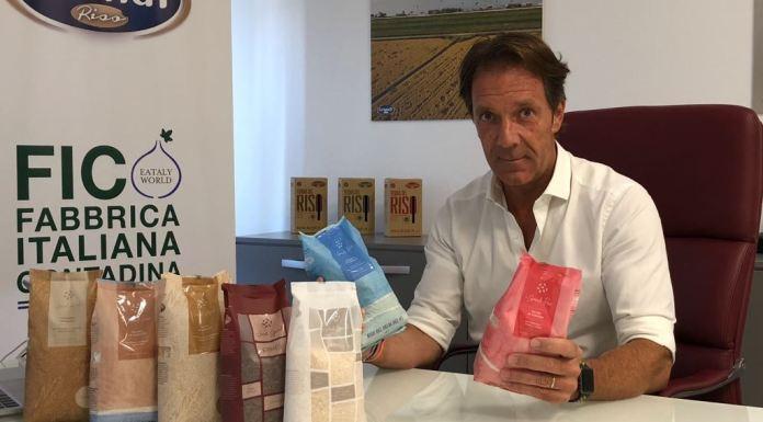 Alessandro Grandi con i prodotti di Grandi Riso che saranno venduti nella catena Eataly