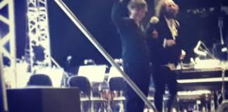 Vinicio Capossela saluta il pubblico a fine concerto