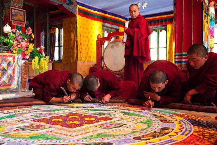 La realizzazione di un mandala da parte dei monaci tibetani, foto generica