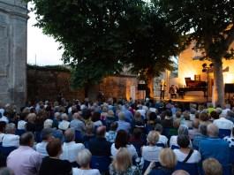 Il pubblico di un concerto di Onde Musicali, sul lago di Iseo