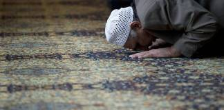 Un musulmano in preghiera, foto d'archivio