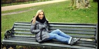 Manuela Bailo su una panchina della città di Brescia
