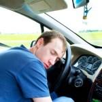 Un uomo che dorme in auto, foto generica
