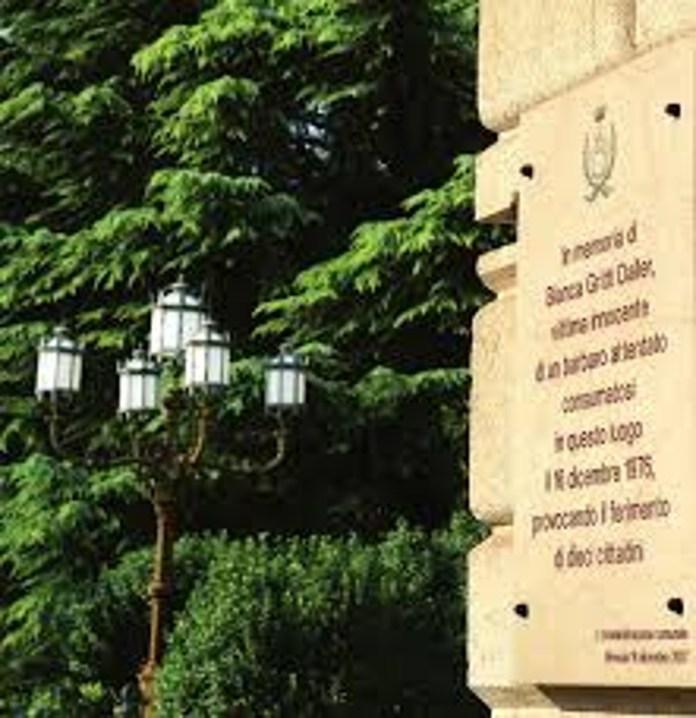 Stele in ricordo delle vittime della strage di Piazzale Arnaldo