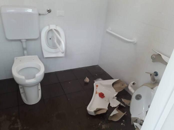 I bagni di Campo Marte distrutti dai vandali, foto dal gruppo Brescia che non vorrei