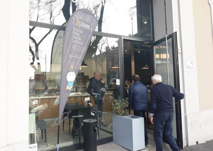 L'ingresso del locale 21 Grammi di viale Italia, a Brescia (foto Andrea Tortelli, BsNews.it)