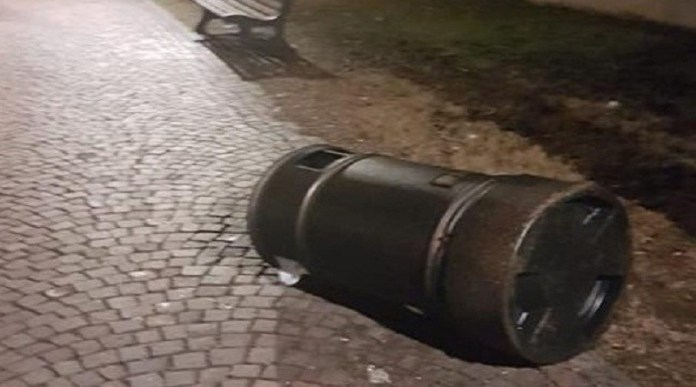 Un cestino preso di mira dal vandalo - foto da pagina Facebook Comune di Chiari