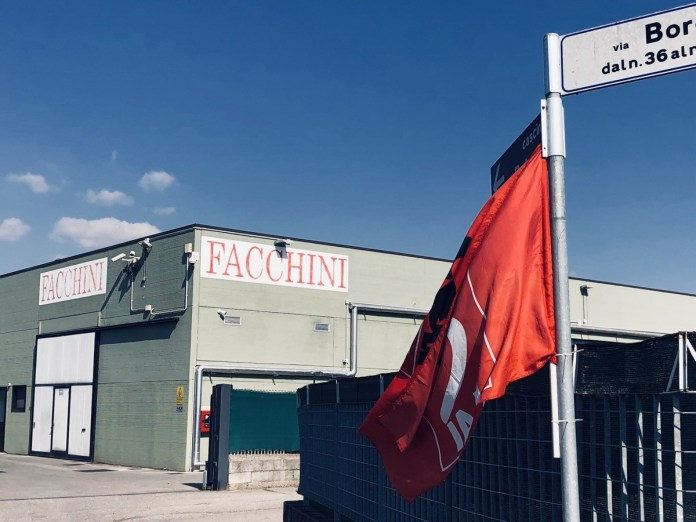 L'azienda facchini con la bandiera Cgil, foto Cgil