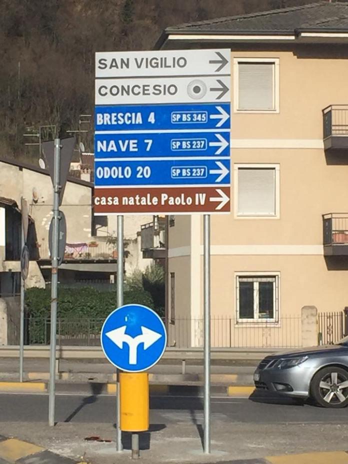 Il cartello stradale di Concesio che indica la casa natale del papa sbagliato, foto da Facebook