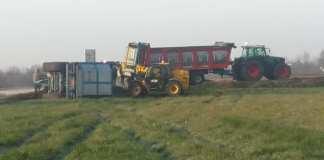 il trattore ribaltato - foto dalla pagina Facebook del Comitato cittadini Calcinato