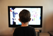 Un bambino davanti alla televisione