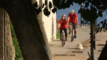 Bicibicitalia fa tappa in Lombardia, Federico Perrotta e Valentina Olla sulle sponde del lago di Garda (a Desenzano), foto ufficio stampa Prime Video