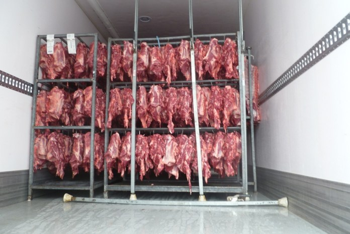 carne in un camion frigorifero