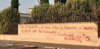 La risposta della ragazza al prete apparsa sul muro del cimitero di Cellatica - foto con consenso autore da Facebook