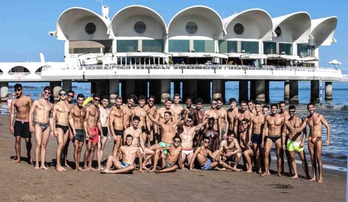 foto di gruppo dei finalisti del 2019 davanti alla Terrazza a Mare di Lignano Sabbiadoro