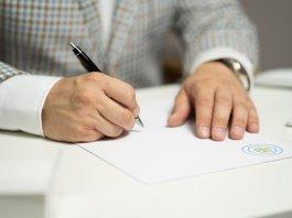 firma di un contratto - foto da pixabay