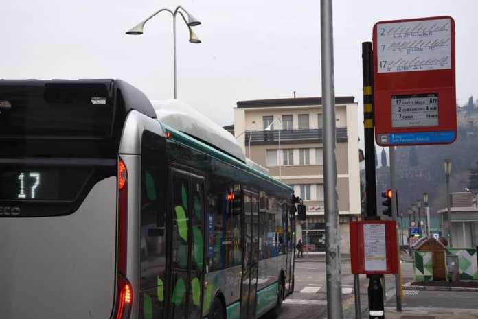 Palina informativa smart alla fermata del bus - foto da Comune di Brescia