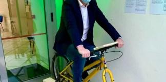 La bicicletta che ricarica lo smartphone - foto da Michele Zanardi, sindaco di Villanuova sul clisi