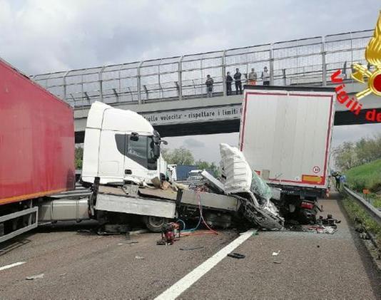 Un drammatico incidente in A4, foto Vigili del fuoco (non si riferisce a nessun episodio descritto nell'articolo)