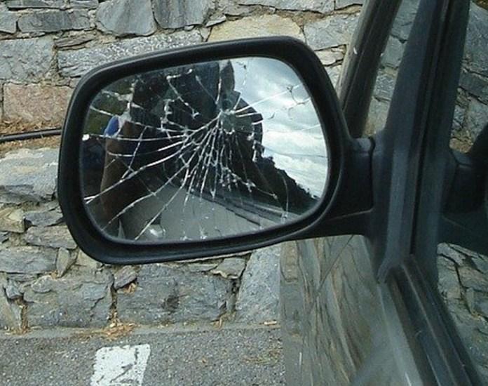 specchietto rotto - foto di martinreti da pixabay