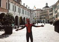 L'uomo ragno in versione bresciana, foto da Instagram