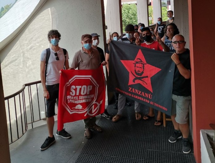 La protesta per lo sfratto - foto Collettivo Gardesano Autonomo