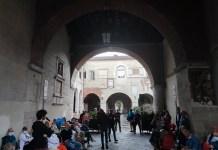 Protesta al Broletto contro il depuratore del Garda - foto Basta Veleni