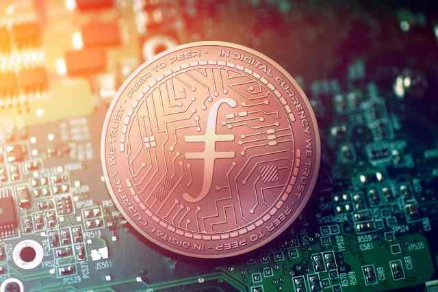 Filecoin-Münze liegt auf einem Computerchip