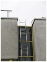 Veilige entree naar het dak (~6mtr hoog). Net iets te korte ladder