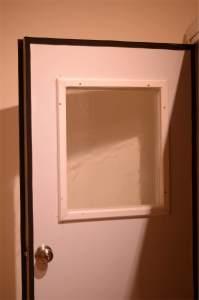 شريط مطاطي حول حواف باب الاستديو