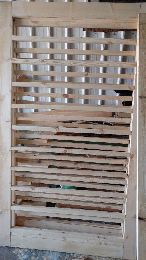هيكل خشبي لجوانب الاستديو ويتم ملء الفراغات بالصوف الصخري