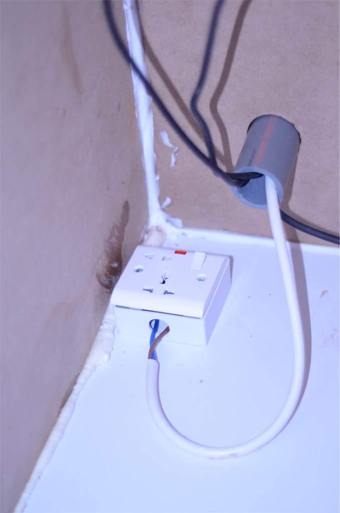 قابس الكهرباء قبل تثبيته في جدار الاستديو