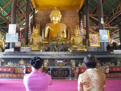 タイ王国北部地方の黄金の釈迦像