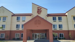 I found no tormented hotelkeepers stalking the halls of the Red Roof Inn in Clyde. (author's photo).