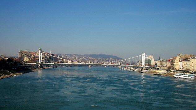 BUDAPEST LUNGO DANUBIO  Visita speciale dei quartieri di Budapest e suoi ponti